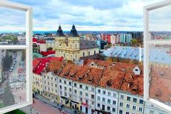 被打开的窗口有对Ivano-Frankivsk全景的看法 库存图片