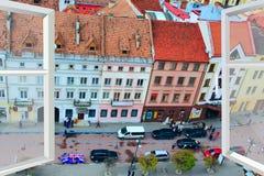 被打开的窗口有对Ivano-Frankivsk全景的看法 免版税库存图片