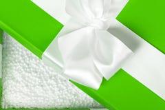 被打开的绿色花梢箱子用白色聚苯乙烯泡沫塑料球填装了 Packin 图库摄影