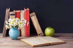 被打开的老葡萄酒书在一张木土气桌上说谎 仍然乡下生活 库存图片