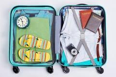 被打开的蓝色被转动的手提箱 库存图片