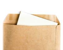 被打开的褐色回收与纸信件的信封里面在白色 库存图片