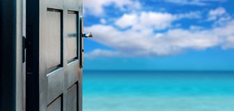 被打开的门概念到美丽的天堂海岛 免版税库存照片