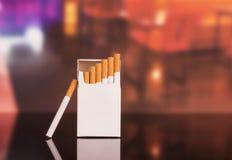 被打开的香烟在背景的特写镜头餐馆 免版税库存照片