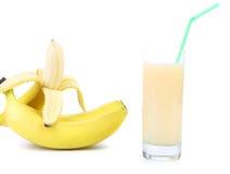 被打开的香蕉和汁液。 库存图片