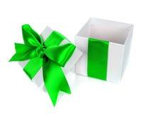 被打开的,空,白色圣诞节有绿色弓的礼物盒 库存图片
