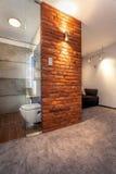 被打开的洗手间在客厅 免版税库存照片