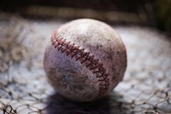 被打的老棒球球 库存照片