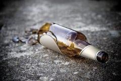 被打碎的啤酒瓶褐色 免版税库存图片