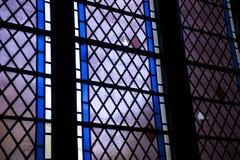 被打碎的污迹玻璃窗的细节在Crowland修道院, Crowl里 免版税库存图片