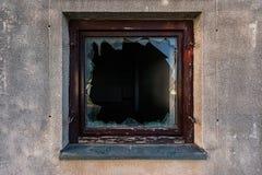 被打碎的玻璃在残破的窗口里 库存图片