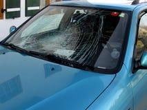 被打碎的被碰撞的汽车激昂的后窗 库存图片