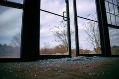 被打碎的玻璃门 免版税库存照片