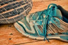 被打击的运动鞋静物画 免版税库存照片