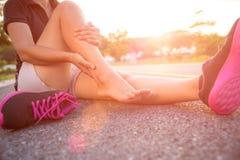 被扭伤的脚腕 遭受脚踝受伤的少妇 图库摄影