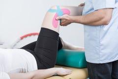 被扭伤的膝盖的修复 库存图片