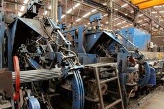 被扭屈的棒钢捆绑机器在熔炼的钢铁厂 库存照片