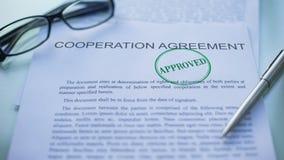 被批准的合作协议,官员递盖印封印在文件 股票录像