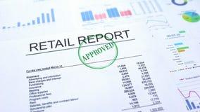 被批准的零售报告,盖印封印的手在公文,统计 图库摄影