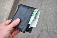 被找到的失去的货币钱包 免版税库存照片