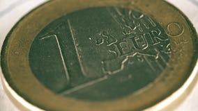 被抓一枚欧洲硬币的老,宏观射击 免版税库存图片