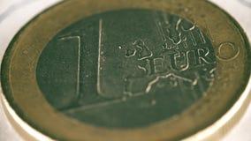 被抓一枚欧洲硬币的转动,宏观射击 股票视频