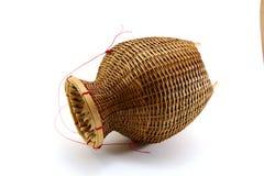 被抓的鱼的一个竹容器在白色背景 免版税库存图片