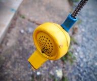 被投下的电话打破的投币式公用电话 库存图片