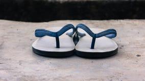 被投入的拖鞋结合双方 免版税库存照片
