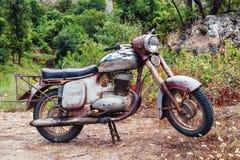被投掷的老生锈的棕色葡萄酒摩托车 库存照片