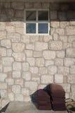 被折叠的毛巾和石墙有窗口背景 免版税库存照片