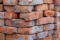 被折叠的老橙色砖,修理和construction_的 图库摄影