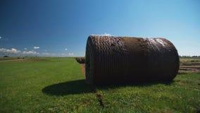 被折叠的草坪在领域放置 领域的卷草坪 股票录像
