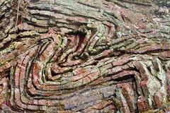 被折叠的黑矽石分层堆积在彩虹岩石,俄勒冈 库存图片