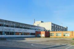 被抛弃的工厂在文茨皮尔斯在拉脱维亚 免版税库存照片