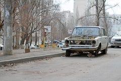 被抛弃的苏联汽车VAZ 2101 Zhiguli在围场在伏尔加格勒 免版税库存照片