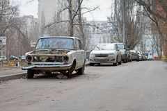 被抛弃的苏联汽车VAZ 2101 Zhiguli在围场在伏尔加格勒 免版税库存图片