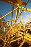 被拆卸的修造的塔吊钢结构在建造场所的 免版税图库摄影