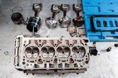被拆卸的发动机组在桌上 技工打开了锁的阀门机制 马达资本修理 库存图片