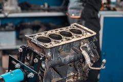 被拆卸的引擎的特写镜头在立场的 新的圆筒 马达资本修理 十六阀门和四缸 库存图片