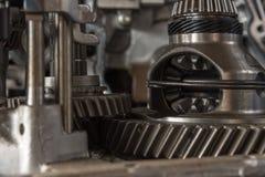 被拆卸的汽车肮脏的引擎和齿轮在车库 免版税库存图片