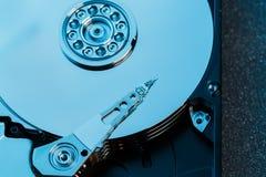 被拆卸的硬盘从计算机,与镜子作用的hdd 从计算机hdd的被打开的硬盘与镜子作用 PA 免版税库存图片