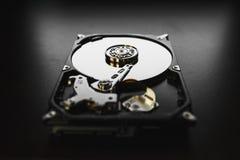 被拆卸的硬盘从计算机(hdd)有镜子作用的 一部分的计算机(个人计算机,膝上型计算机) 库存照片