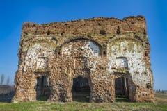 被拆毁的古老教会废墟beeing 免版税库存图片