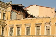 被拆毁的老大厦在圣彼德堡 图库摄影