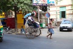 被拉扯的人力车,加尔各答,印度 免版税库存图片