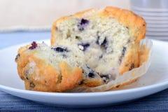 被拉扯的开放新鲜的蓝莓松饼 库存图片