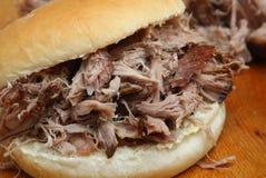 被拉扯的猪肉或肉猪烘烤卷 免版税库存照片