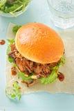 被拉扯的猪肉甜小圆面包用混杂的莴苣离开 库存图片