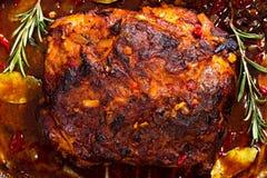 被拉扯的猪肉整个烘烤肩膀在烧烤平底锅的 图库摄影